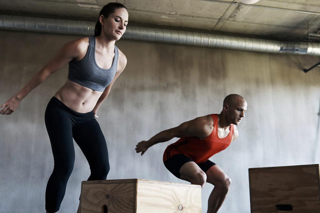 Le CrossFit a de quoi séduire toux ceux qui recherchent un sport complet: athlétisme, haltérophilie et gymnastique sont regroupés dans une discipline